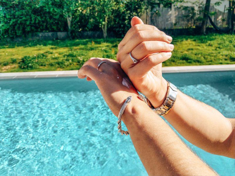 Astuce pour se protéger les mains l'été avec une crème solaire